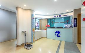 成都耳鼻喉专科医生给患者检查鼻部