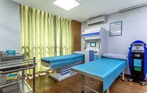 成都耳鼻喉专科医生给患者检查耳部